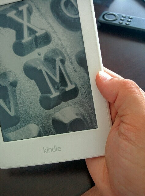 Kindle Paperwhiteを持っている様子