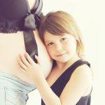 妊娠している女性のお腹と女の子