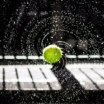 水しぶきを上げて回転するテニスボール