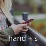 両手でスマホを使う女性