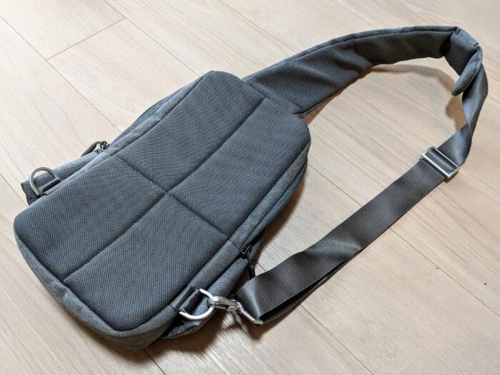 Xiaomiスリングバッグの裏側はメッシュとクッション素材