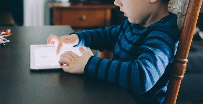 子供がタブレットを使うところ