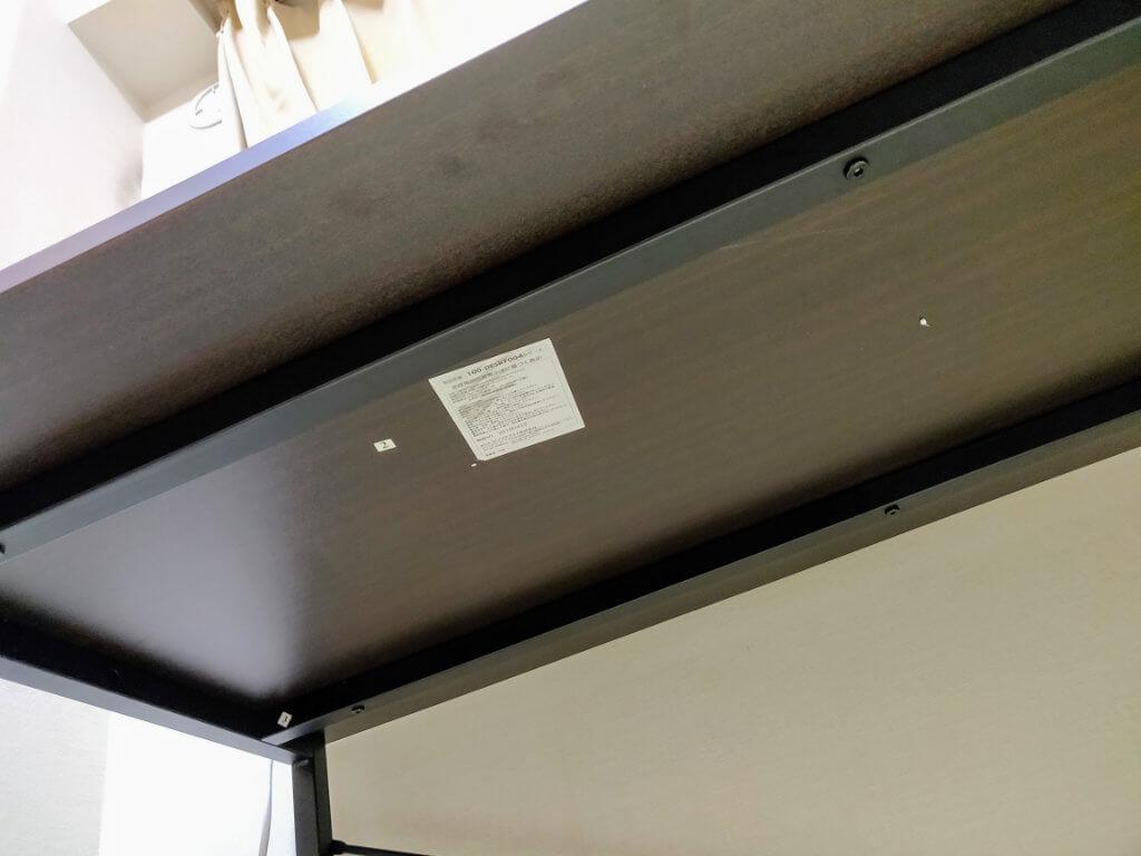 サンワダイレクト シンプルワークデスク 横120cm×奥行60cmは、ディスプレイアームの利用を想定し、天板下のフレームが内側に入っている