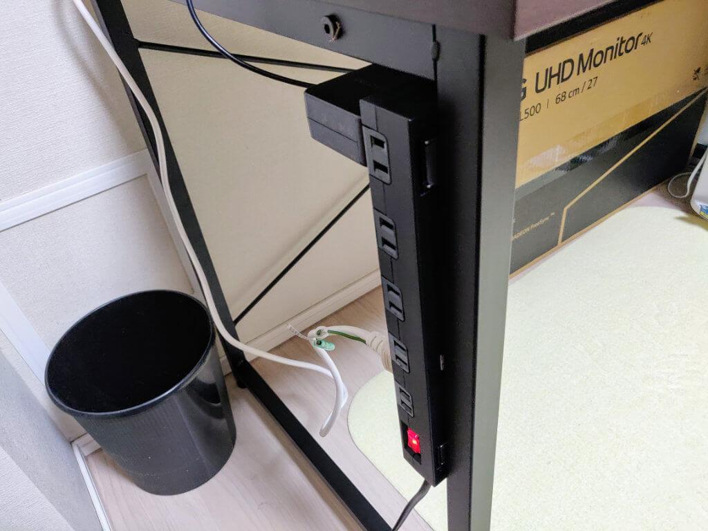 サンワダイレクト シンプルワークデスク 横120cm×奥行60cmは、スチール製フレームにマグネットのタップが設置可能