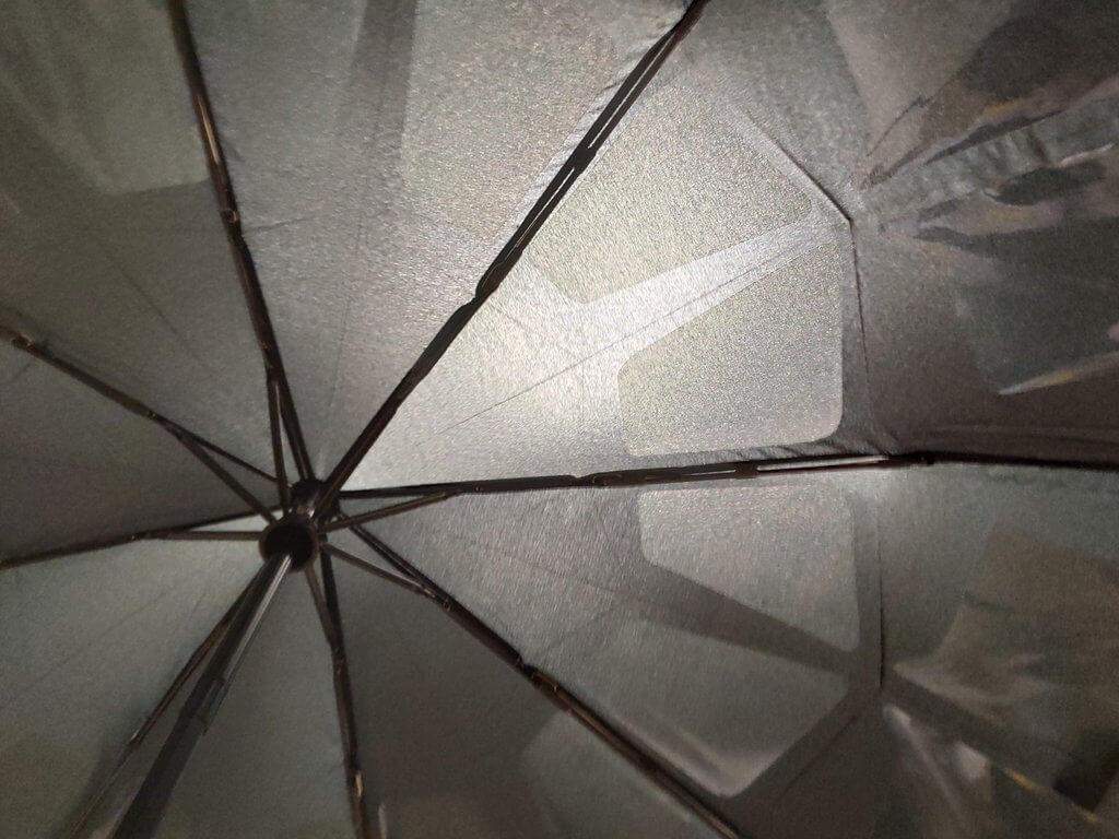 Nano Easy Umbrellaを屋内の蛍光灯にかざしてみたところ