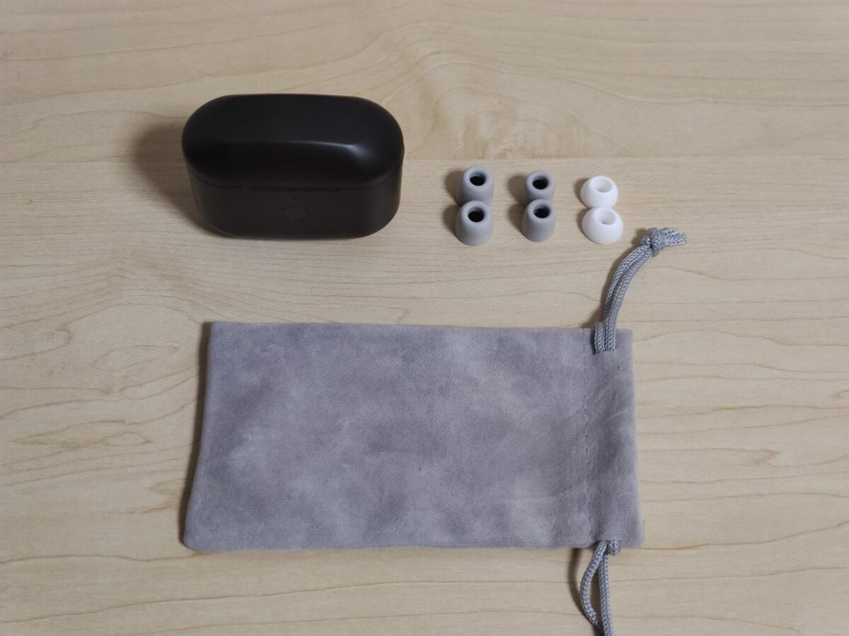 PINO完全ワイヤレスイヤホンの付属品 ケース ウレタンフォームのイヤーピースが2つ、樹脂のものが1つ