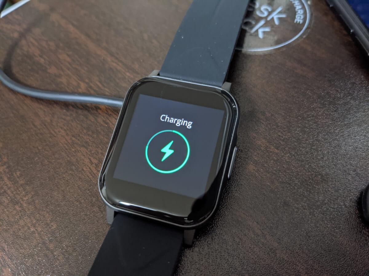 SoundPEATS Watch 1を充電している様子。充電中と表示される。丸のバーは充電の進捗