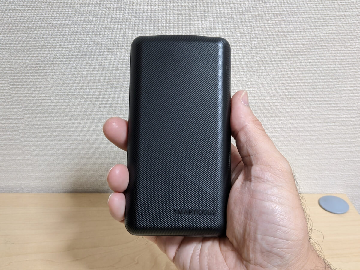 SMARTCOBY 20000 60W 手に持ったときの大きさ感