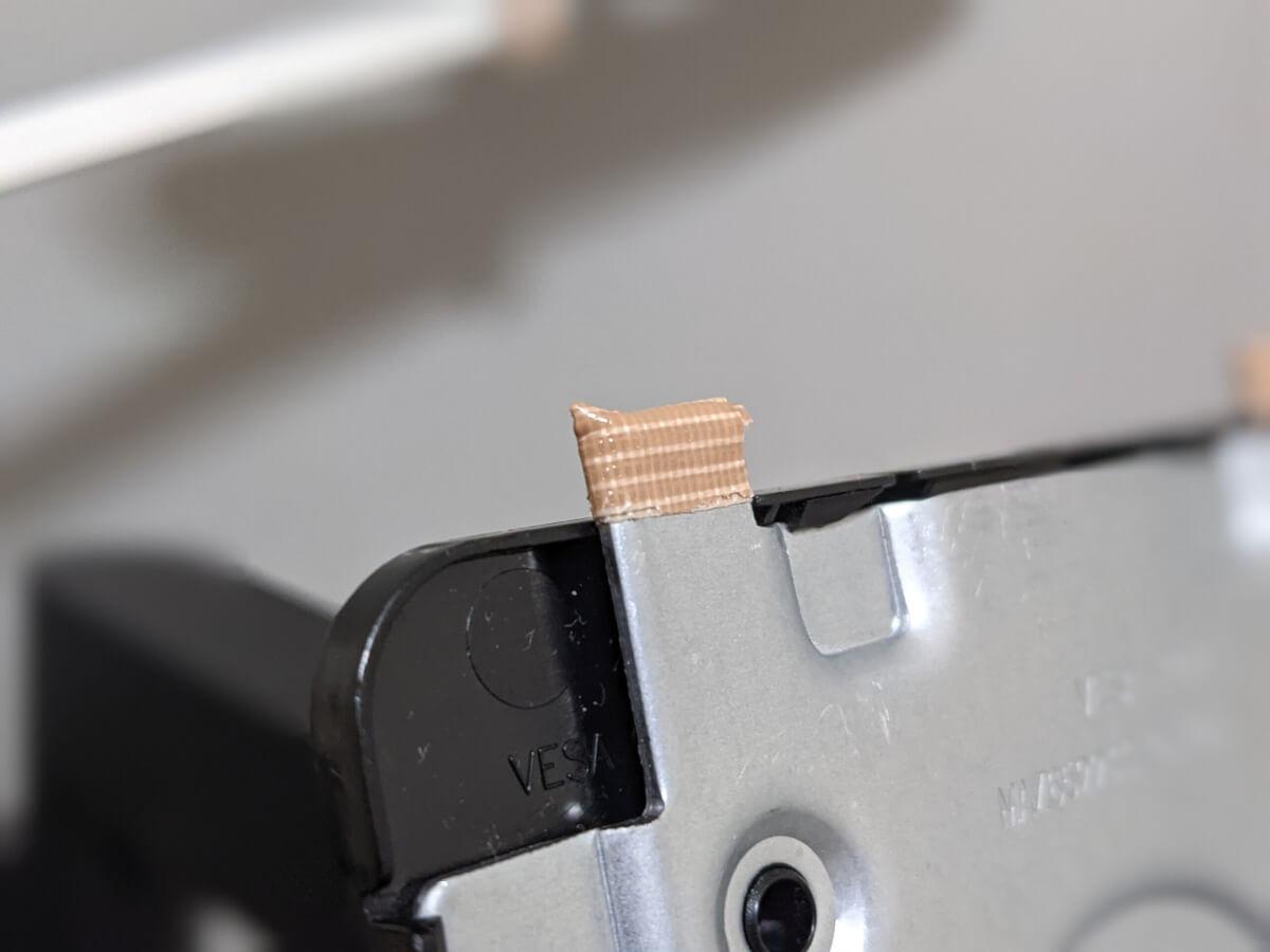 LG 34WN780-B エルゴノミクスモニターアーム 揺れる原因  モニター接合部 ガムテープ補強 上部アップ