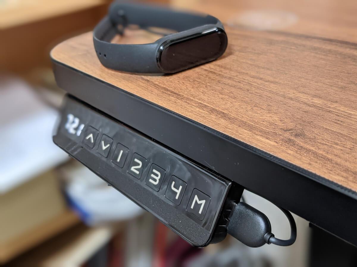 DAISHINスマート昇降スタンディングデスク STD STDBシリーズ コントローラ 側面のUSB-Aポート スマートウォッチの充電に便利